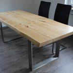 Astige Tischplatte mit Waldkante und kühlen Edelstahlfüßen