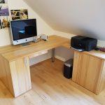 """Der Schreibtisch """"Schöni"""" fürs Homeoffice passt sich perfekt unter der Dachschräge ein."""