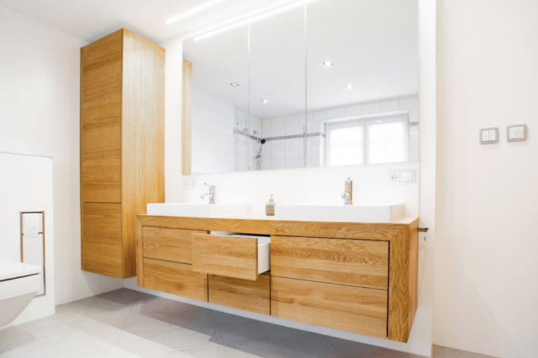 """""""Highlight"""" wurde mit einem Waschtischunterschrank, einem 3-türigen Spiegelschrank, einem hohen Hängeschrank angefertigt."""