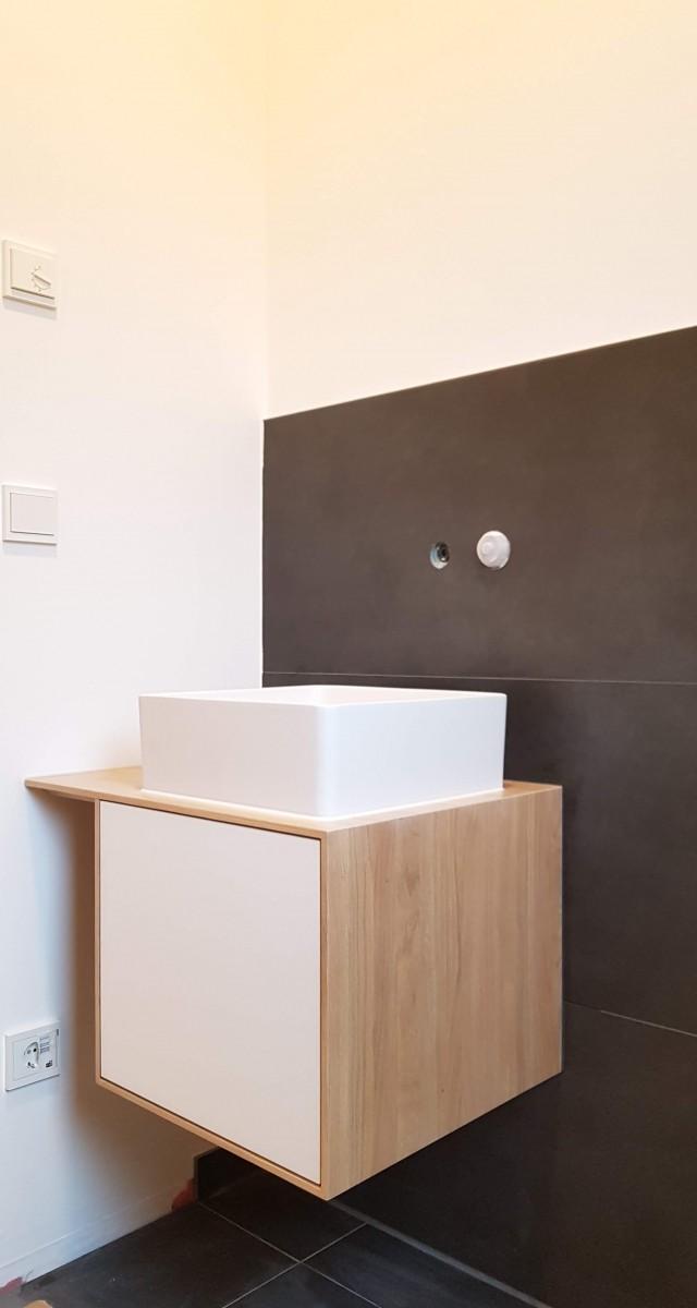 """Im Gästebad war nur wenig Platz für einen Waschtisch. Es entstand daraus """"Pinocchio"""", ein Schrank mit kleinem Waschbecken."""
