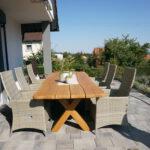 Dieser Tisch mit Waldkante aus Eiche-Massivholz ist ganzjährig als Outdoormöbel für die Terasse geeignet.