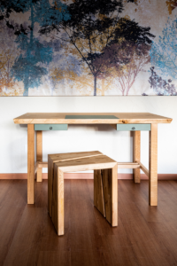 """Der Schreibtisch """"Spessart"""" für das Homeoffice wurde aus massivem Eichenholz gefertigt."""