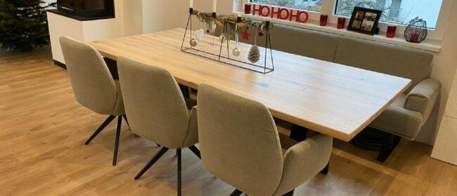 Dieser geradlinige Massivholztisch aus Eiche ist ein Stück für Fans der Geradlinigkeit und des Pruismus.