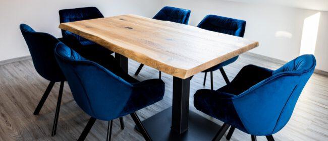 Dieser rustikale Esszimmertisch wurde aus Eiche gefertigt und mit schwarzer Spachtel veredelt. Die Waldkante gibt ihm die besondere sensuelle Haptik.