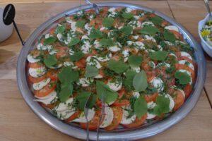 Tomate-Mozzarella-Salat mit Lindenblättern